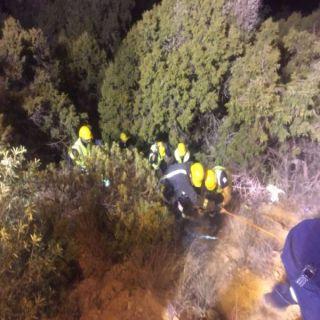 مدني عسير ينتشل عشريني سقط بمنحدر صخري بالقرب من منتزه السحاب