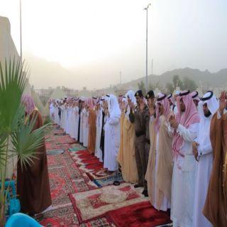 محافظ #بارق يتقدم المصلين في صلاة العيد ويستقبل المهنئين