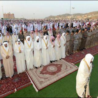 أمير عسير يتقدم جموع المصلين لصلاة عيد الفطر المبارك ويستقبل المهنئين بالعيد