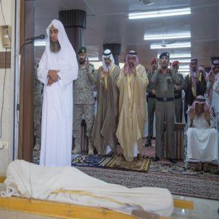 أمير #القصيم يؤدي الصلاة على الشهيد شعيل المظيبري بـ #الرس