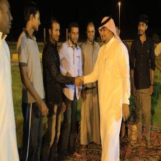 شاهد -رئيس بلدية بارق يعايد عمال البلدية