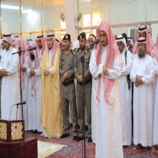 محافظ #بارق يتقدم المصلين على الشهيد الجندي أول حسين الشهري