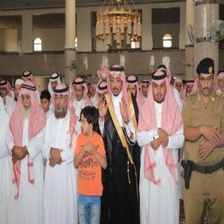وكيل محافظة #بارق يتقدم المصلين على الشهيد الرقيب محمد البارقي