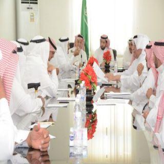 """وكيل محافظة محايل يرأس إجتماع جمعية العناية بالمقابر """" إكرام"""