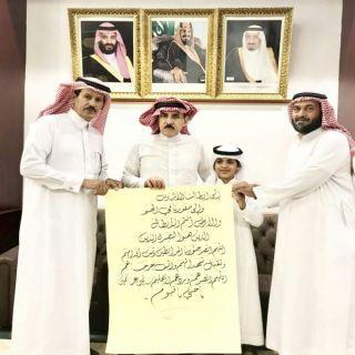 """*محافظ #البكيرية يستقبل الطالب """"الرشيدي """" صاحب اللوحة المعبرة عن جنودنا البواسل"""