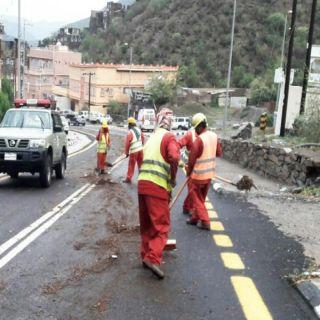طرق عسير تزيل آثار الأمطار وتعيد الحركة المرورية إلى طبيعتها على طريق القرية رجال ألمع التراثية