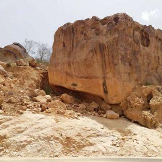 شاهد -صخرة بعقبة برمة غرب محافظة #تنومة تنذر بكارثة