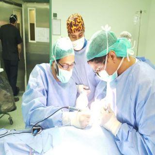 فريق طبي متخصص بـ #صحة عسير_يزرع القوقعة في أذني طفل عمره عامين