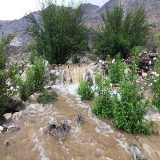 """بالصور - أمطار غزيرة تُحيل أودية """"#بارق"""" إلى أنهار جارية"""