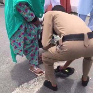 فيديو -رجل أمن سعودي يخلع حذاءة من أجل مُسنة في المشاعر