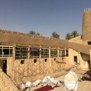 حرفي (ستيني) يعيد ترميم مسجد الجوز التاريخي في #عنيزة