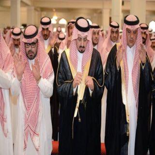 أمير عسير يؤدي صلاة الميت على الأديب محمد بن حميد