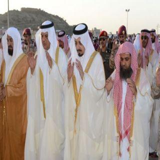 أمير  عسير يؤدي صلاة عيد الأضحى ويستقبل المهنئين