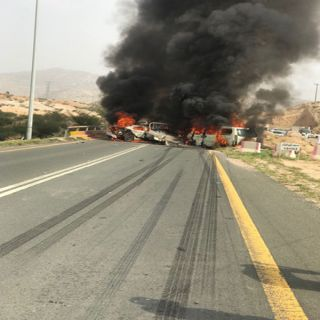 بالصور - حادث مروري مُروع يلتهم ثلاث مركبات بطريق #بارق #محايل