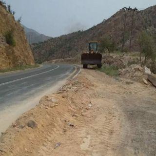 مكتب خدمات بلدية مركز الحبيل يقوم بحملة تنظيف طريق وادي ريم برجال ألمع