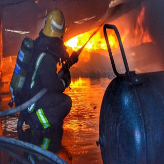 مدني #تبوك يُخمد حريق مستودع اثاث بطريق المدينة
