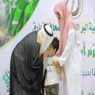 شاهد - مُحافظ #بارق يطبع قبلة على رأس إبن أحد شُهداء المُحافظة