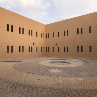 طالبات كلية عقلة الصقور يبدأن الدراسة في المبنى الجديد