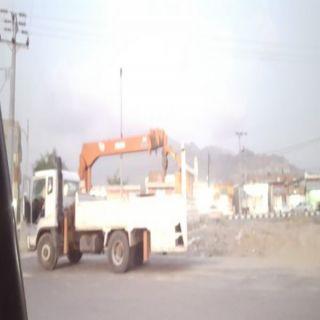 تجاوباً مع مُناشدات أهالي ثلوث المنظر بلدية #بارق تستبدل كابل الطريق الرئيسي