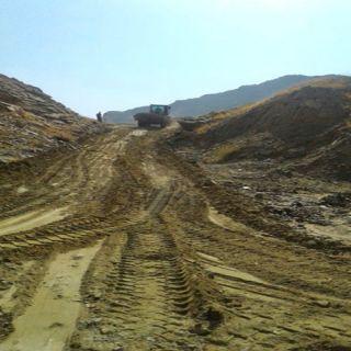 بلدية #بارق تُعيد فتح طريق عقبة أخفة بعد تضرره جراء الأمطار