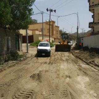 مكتب الخدمات البلدية بمركز الحبيل يواصل جهوده في صيانة الطرق المؤدية للمدارس والقرى