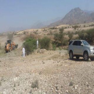 """بتوجيه """"البناوي"""" بلدية بارق ولجنة التعديات تستعيد 4 كم2 تعديات في ثلاثة مواقع"""