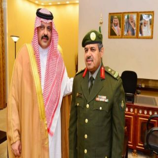 """أمير حائل يُقلد """"القحطاني"""" مدير جوازات المنطقة رتبته الجديدة"""