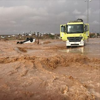 """القصيم: مدني ضرية ينتشل """"6"""" أشخاص جرفتهم سيول وادي بقيعاء"""