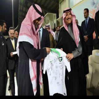 نائب رئيس الاتحاد السعودي يُهدي سفير المملكة في #الأردن قميصاً يحمل توقيع لاعبي المنتخب