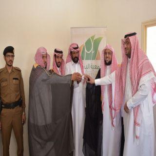 """""""بن فحاس"""" يسلم المنزل السادس لأحد مستفيدي جمعية عثمان بن عفان الخيرية بالحفائر"""