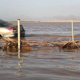 فيديو:السيول تقتحم الطريق الساحلي في الليث وأمن الطرق يُغلق الطريق