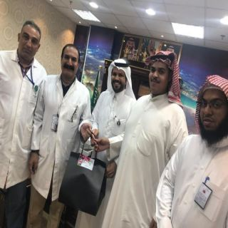 شاب يُكرم الأطباء الذين تابعوا حالته الصحية بوادي الدواسر