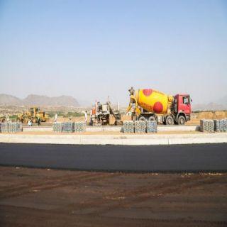 بالصور -بلدية #بارق تبدأ تنفيذ ممشى القرية التراثية بجبال