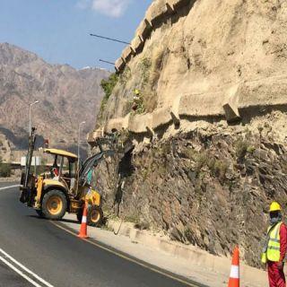 صور - فرع وزارة النقل بعسير يواصل أعمال صيانة طرق عقبة ضلع
