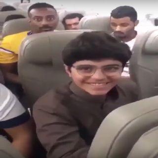 كابتن طائرة يحتفل بالطالب الحجيلان على رحلة السعودية