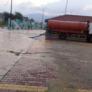 الأمطار تُغرق شوارع #بارق وفرق البلدية تنزح (48) طن من تجمعات المياه