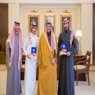 أمير القصيم يكرم شابين شاركا في تصنيع القمرين سعودي سات (5أ)