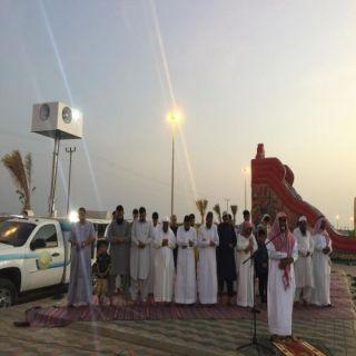 بالصور - هيئة البرك تنفذ المصلى المتنقل بمتنزهات المحافظة