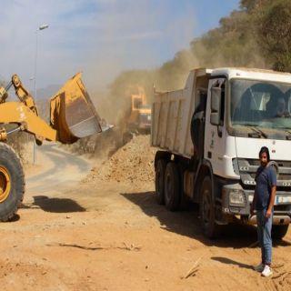 بلدية رجال ألمع تشارك في مبادرة الأهالي لتوسعة طريق قرى العاينة