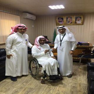 """مُدير قطاع صحي #المجاردة يُسلم """"الشهري"""" رئيس فريق """"قادرون""""بطاقات أولوية"""