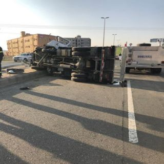 نقل اثنان من عُمال بلدية #بارق للمستشفى بعد تعرضهما لحادث سير شمال المُحافظة