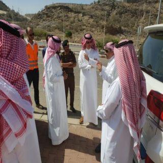 محافظ محايل ومدير عام فرع وزارة النقل بعسير يقفان على طريق رعلة
