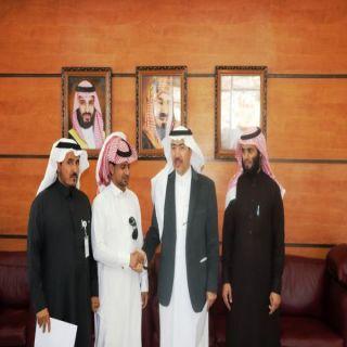 أمين عسير يمنح الموظف عبدالله القحطاني شهادة شكر وتقدير