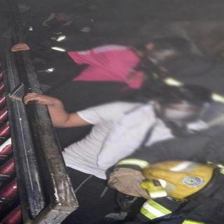 مدني #تبوك يُنقذ عائلة عربية علقت في حريق منزل بحي النسيم