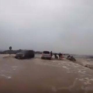 فيديو يحبس الأنفاس الدفاع المدني ينقذون عائلة جرفت مركبتهم السيول بـ#تبوك