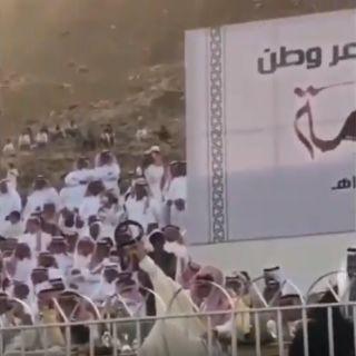 """شاهد- فيديو متداول أمير عسير تفاعلاً مع قصيدة """"بن صمان """" يرفع عقاله"""