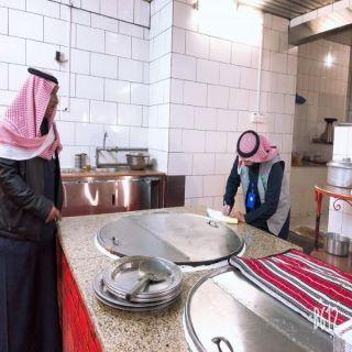 جولات مُفاجئة لبلدية غرب #عرعر تُنذر 4 محال وتُصادر كميات من المواد الغذائية