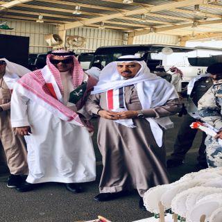 الشهري ورئيس جمرك الوديعة يستقبلان المعتمرين اليمنيين بالورد والهدايا