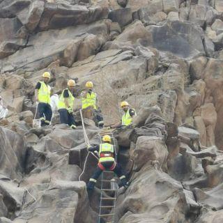 مدني #بارق يُنقذ شخص إحتتجز بمنحدر صخري بجبل وادي الغرف بربيعة