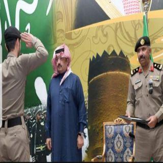 أمير عسير يُكَرّم عدداً من أفراد شرطة المنطقة لضبطهم قضية مخدرات